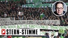 Werder Fans halten Banner gegen den Videobeweis hoch.