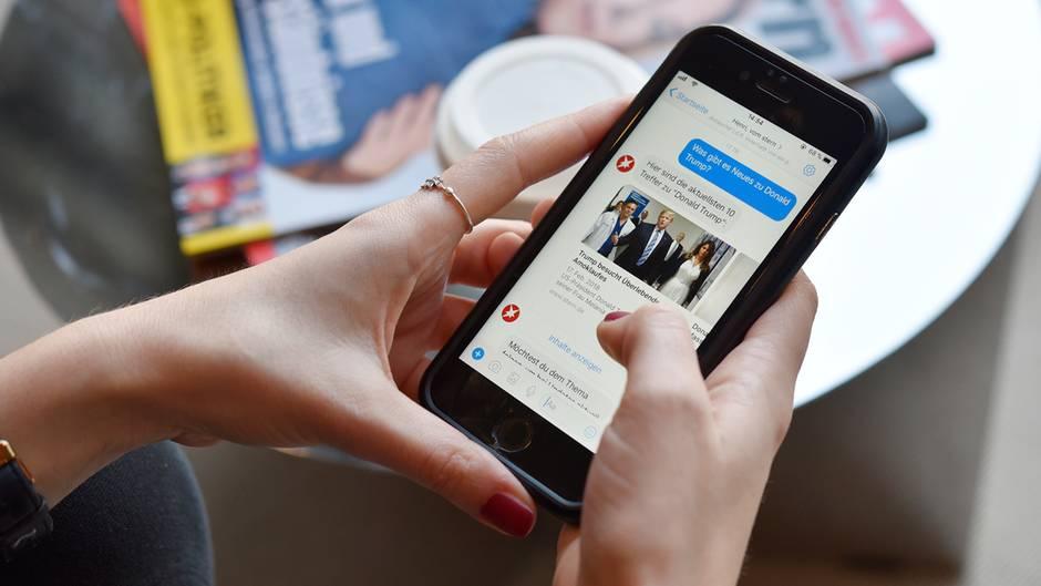Bild eines Smartphones, auf dem der Chat-Bot zu sehen ist.