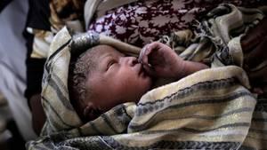 Unicef-Bericht der Überlebenschancen von Neugeborenen: Ein Baby aus Ghana in Tüchern gewickelt