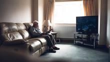 Alter Mann im Wohnzimmer