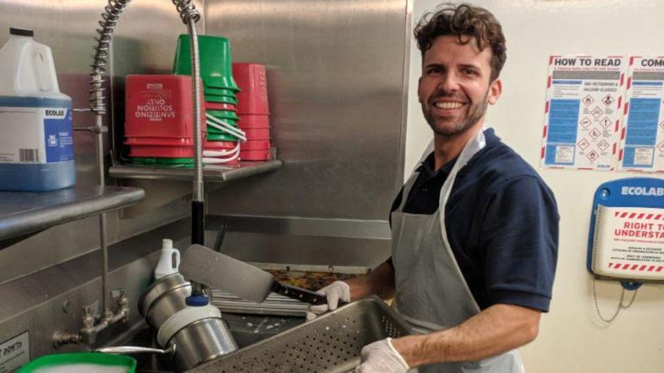Benjamin Schnau bei seiner Arbeit als Tellerwäscher