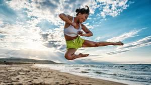 """""""Nachdem mir mein Model erzählt hatte, dass sie seit Jahren Kampfsport treibt, um ihre schwere Kindheit zu bewältigen, inszenierten wir sie als starke Frau mitten in der Natur. An diesem einsamen süditalienischen Strand ist es uns dann auch gelungen.""""      Mehr Fotos vonLightAffairein derVIEW Fotocommunity    Aktionen und Informationen aus der VIEW Fotocommunity aufFacebookoderTwitter"""