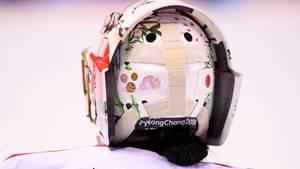 Rückansicht:Japans Eishockeytorhüterin sorgt sich nicht nur um ihr Gesicht, das sie mit Helm und Schutzmaske vor den allzu harten Pucks schützt. Nana Fujimoto hat auch alles dafür getan, dass sie nicht von einem fiesen Querschläger am Hinterkopf erwischt werden kann.