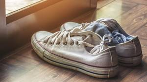 weiße, getragene Chucks-Sneaker mit Socken