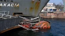 """Das Containerschiff """"Akacia"""" liegt nach der Kollision in der Südkammer der Schleuse des Nord-Ostsee-Kanals"""