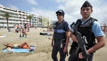 Sicherheit auch am Mittelmeerstrand: bewaffnete Polizei im südfranzösischen Le Grau-du-Roi.