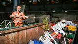 700.000 Menschen kommen pro Jahr zu den Hamburger Recyclinghöfen. Hier landen alte Gartenmöbel ...