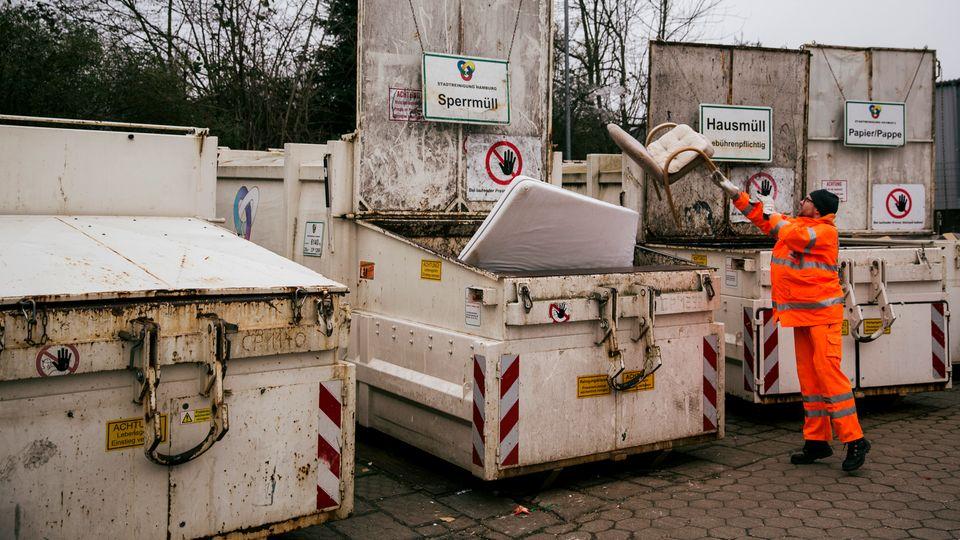 Ein gezielter Wurf, schon landet der Stuhl im Container.
