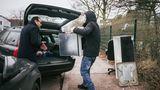 Er staubt gerade einen alten Ofen ab: Private Absammler parken vor den Recyclinghöfen, um ein paar Gegenstände abzugreifen. Denn was für deinen Müll ist, ist für den anderen noch lange nicht wertlos.