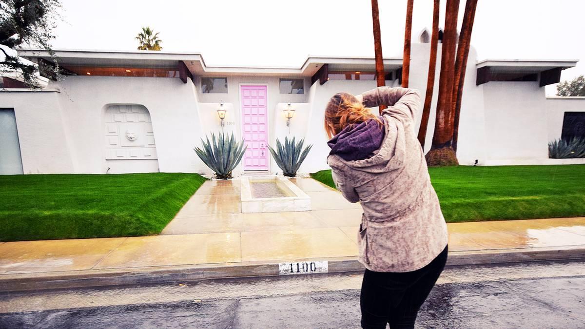 -thatpinkdoor-in-palm-springs-instagram-hype-vor-dieser-pinkfarbenen-t-r-posen-touristen-um-die-wette