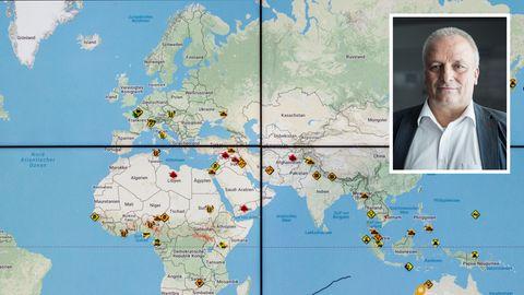 Weltkarte im Tui-Krisenzentrum Deutschland mit Leiter Ulrich Heuer.