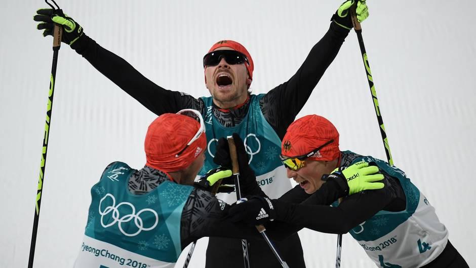 Gold, Silber, Bronze: Johannes Rydzek vor Fabian Rießle und Eric  Frenzel.