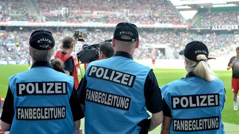 Fanbegleiter der Polizei im Weserstadion in Bremen