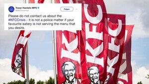 Vier Flaggen mit dem Symbol der Fast-Food-Kette KFC hängen an jeweils vier Fahnenmasten