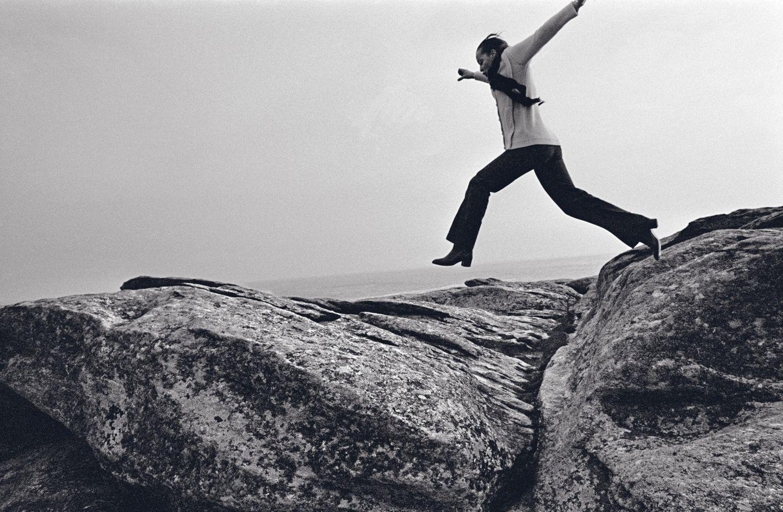 Für Lebeck hüpft sie einmal über die moosigen Felsen am Atlantikufer. Stürzt und bricht sich den Fuß. Typisch