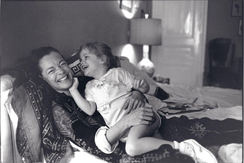 Glücklich mit Tochter Sarah – und einem gebrochenen Fuß, 1981, ein Jahr vor ihrem Tod