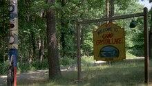 Der Eingang zum Camp Crystal Lake aus dem Film Freitag der 13.