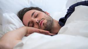 Stiftung Warentest prüft Matratzen: Ein Mann schläft auf einer Matratze