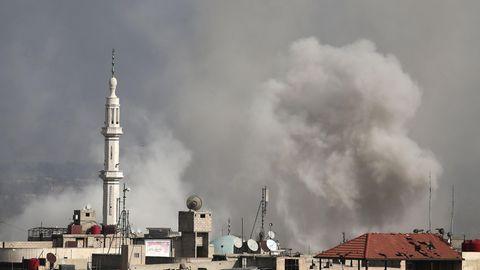 Rauch steigt auf über Hamouria im Rebellengebiet Ost-Ghuta