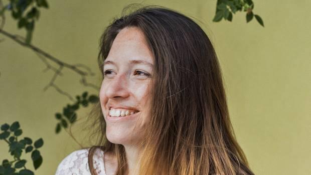 Die Kuschlerin:Elisa Meyer ist süchtig nach Berührung. Sie lebt in einer polyamoren Beziehung, Freunde hält sie gern an der Hand.