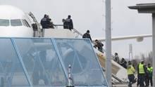 Abschiebungen nach Afghanistan: Abgelehnte Asylbewerber steigen in ein Flugzeug