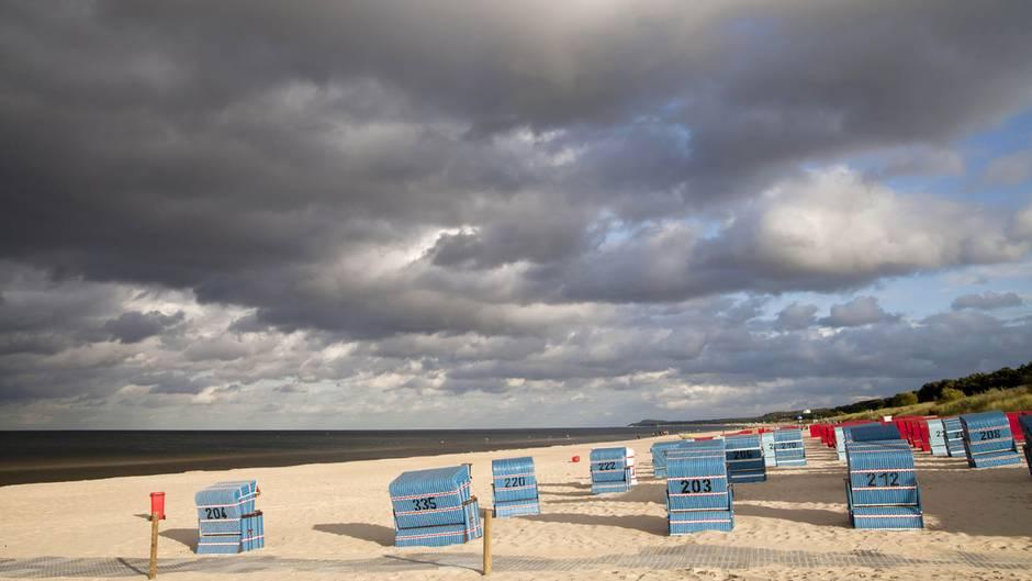 Platz 10:Trassenheider Strand auf Usedom, Mecklenburg-Vorpommern  Zwischen den Orten Karlshagen und Zinnowitz auf der Ostseeinsel Usedom liegt dieser Strandabschnitt mit seichtem, klarem Wasser und feinem Sand. Dieser Ort, einer der sonnenreichsten Deutschlands, gehört zu den zehn Top-Stränden des Travellers Choice Awards von Tripadvisor.