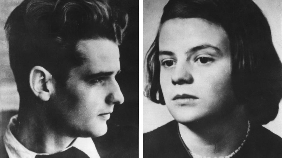 """Zwei schwarz-weiß-Fotos zeigen die Geschwister Hans und Sophie Scholl, Mitglieder der NS-Widerstandsgruppe """"Die weiße Rose"""""""