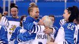 Wilde Finninnen: Ja, das ist die Bronzemedaille. Die finnischen Eishockeyspielerinnen feiern ihren Sieg über Russland im Spiel um Platz drei. Die Skandinavierinnen gewannen knapp mit 3:2.