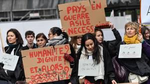 Anwälte protestieren in Paris gegen die geplante Verschärfung der Asylregeln in Frankreich
