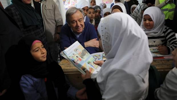 Guterres auf Augen höhe mit syrischen Flüchtlingskindern in Jordanien