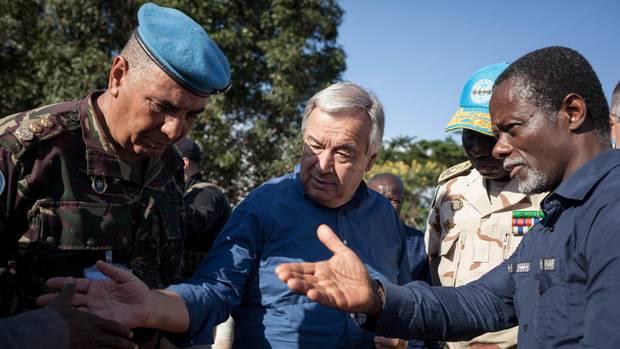 Guterres beim Besuch der Blauhelmtruppen in der Zentralafrikanischen Republik