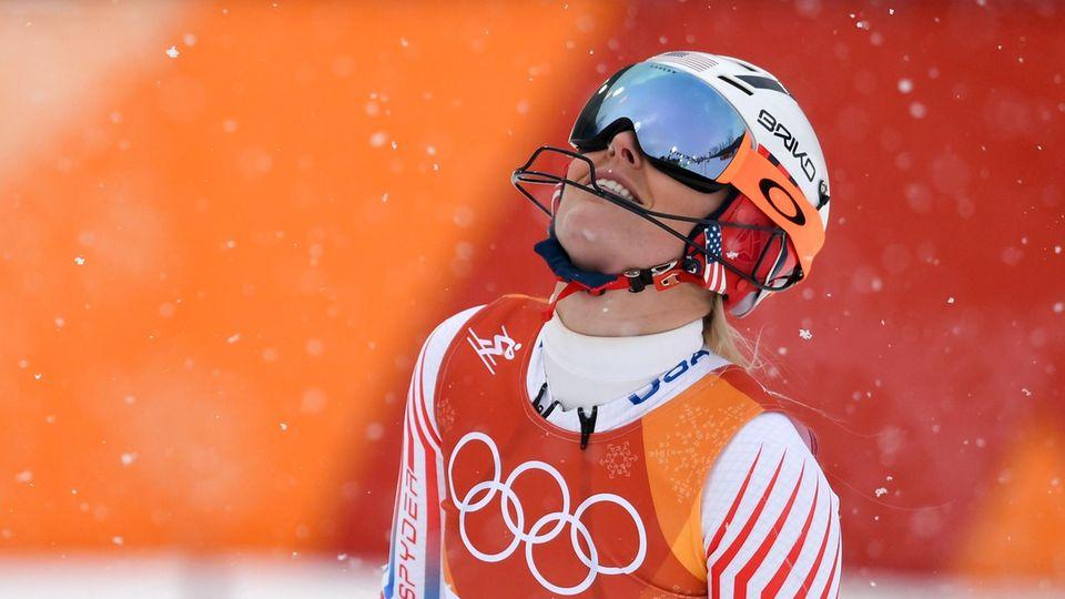 Im Schneefall wirft die US-Skiläuferin Lindsey Vonn enttäuscht den Kopf nach hinten.