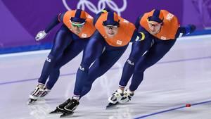 Erst zeigten die niederländischen Eisschnellläufer Patrick Roest, Sven Kramer und Jan Blokhuijsen (v.l.n.r.) Leistung auf der Strecke, dann beim Feiern
