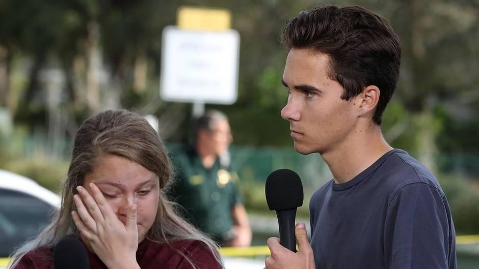 Eine Schülerin und ein Schüler geben nach dem Massaker an der Marjory Stoneman Douglas High School Interviews