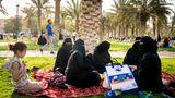 Frauen treffen sich im Al-budschairi-Park am Rand von Riad. Noch gibt es nur wenige grüne Oasen zwischen den Malls und Bürotürmen