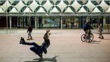 Rollerblader vor der König-Fahd-Bibliothek