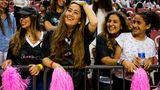 Ausgelassen und ohne Kopftuch: die Food-Bloggerin Basma al-Charaidschi (l.) bei einem Basketballspiel. Die Halle war nur für Frauen reserviert – viele von ihnen waren zum ersten Mal in einem Sportstadion