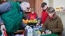 """Die Armut wächst in Deutschland - und der Andrang auf die Tafeln auch. Dieses Foto zeigt ehrenamtliche Helfer der Berliner Einrichtung """"Laib und Seele"""" bei der Essensausgabe."""