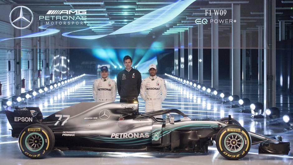 Mercedes-Teamchef Toto Wolf (M.) hat seinen Formel-1-PilotenValtteri Bottas (l.) und Lewis Hamilton (r.) den neuen Silberpfeil W09 hingestellt