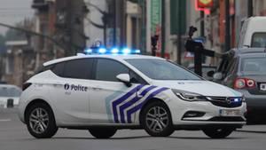 Ein Polizeiwagen blockiert in Brüssel eine Straße