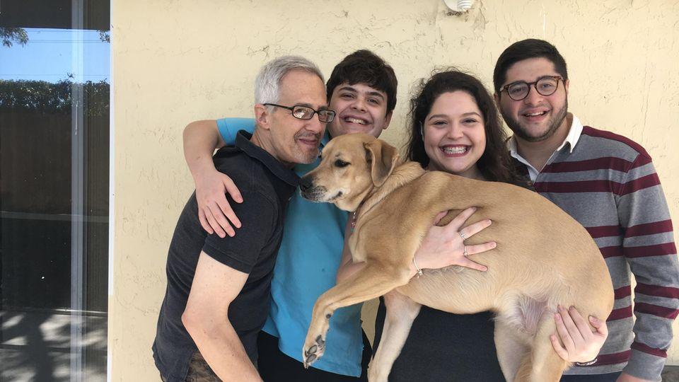 Madeline Gropman (zweite von rechts) mit ihrem Vater, ihrem Bruder Ben und ihrem Bruder Mitchell (v.r.n.l)