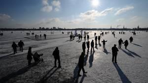 Kältewelle - Deutschland - zugefrorener See - Eislaufen - Einbruchgefahr