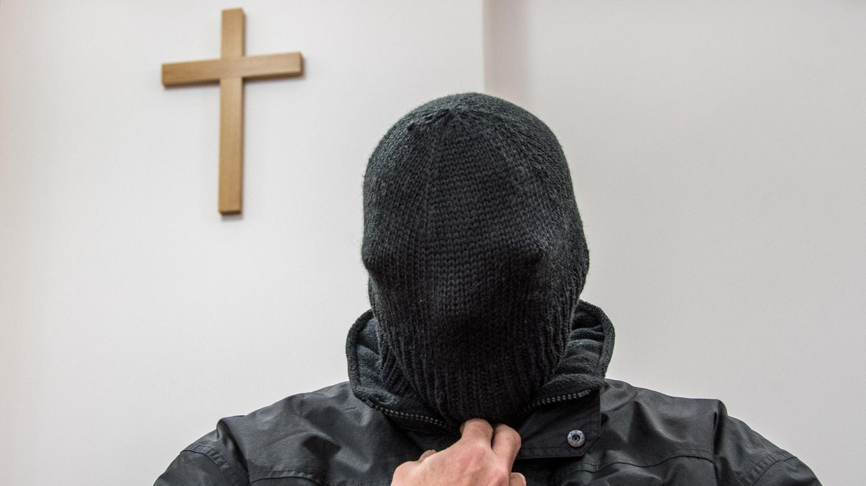 Der angeklagte ehemalige Priester sitzt im Gerichtssaal des Landgerichts in Deggendorf