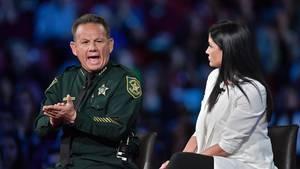 Broward Sheriff Scott Israel sitzt in grüner US-Polizeiuniform auf einer Bühne gestikuliert mit geöffnetem Mund