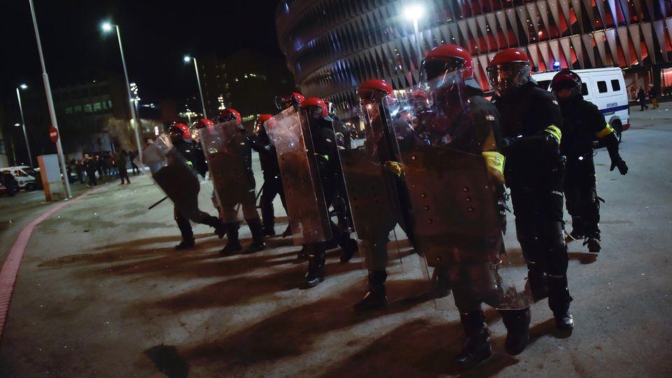 Vor dem Stadion in Bilbao zieht ein schwer gerüsteter Polizeitrupp auf