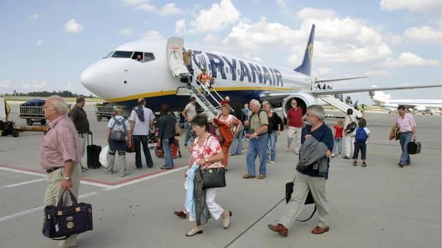 Passagiere steigen aus einer Maschine von Ryanair am Flughafen Hahn