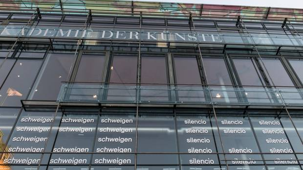 """Die Wörter """"Schweigen"""" und """"Silencio"""" stehen auf der Glasfassade der Akademie der Künste"""