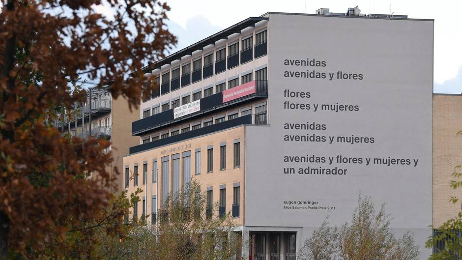 """Die Fassade der Alice Salomon Hochschule in Berlin mit dem Gomringer-Gedicht """"avenidas"""""""