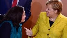 Angela Merkel spricht mit Andrea Nahles - Groko-Pläne für Rentenkürzung bei Zeitungsboten