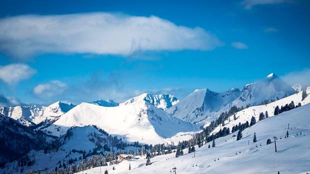 Unendlich weiß: Panoramablick über die Bergwelt des Salzburger Lands